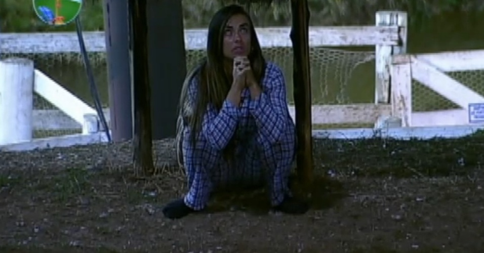 Nicole Bahls se esconde e reza durante invaso zumbi (13/8/12)