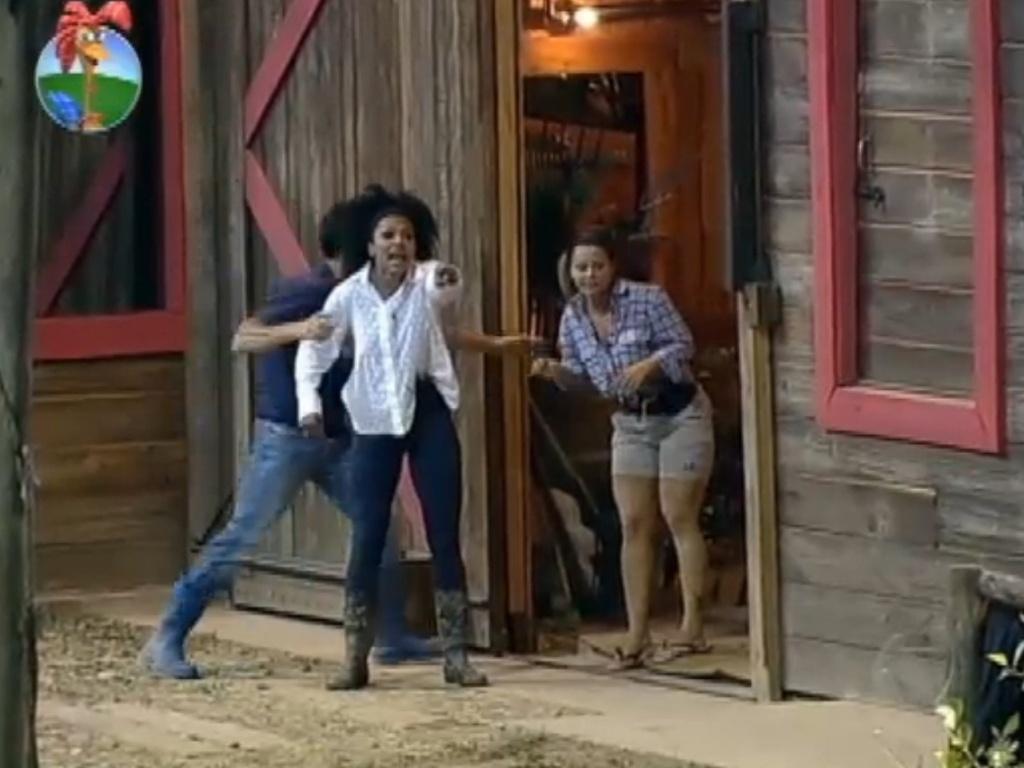 Simone Sampaio e Viviane Araújo se assustam ao ver zumbis perto do celeiro (13/8/12)
