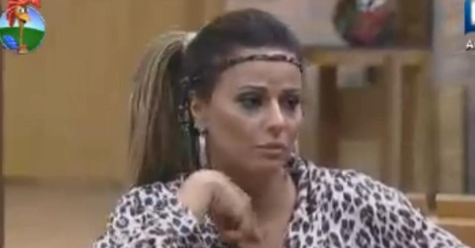 Viviane Araújo conversa com peões na cozinha (14/8/12)