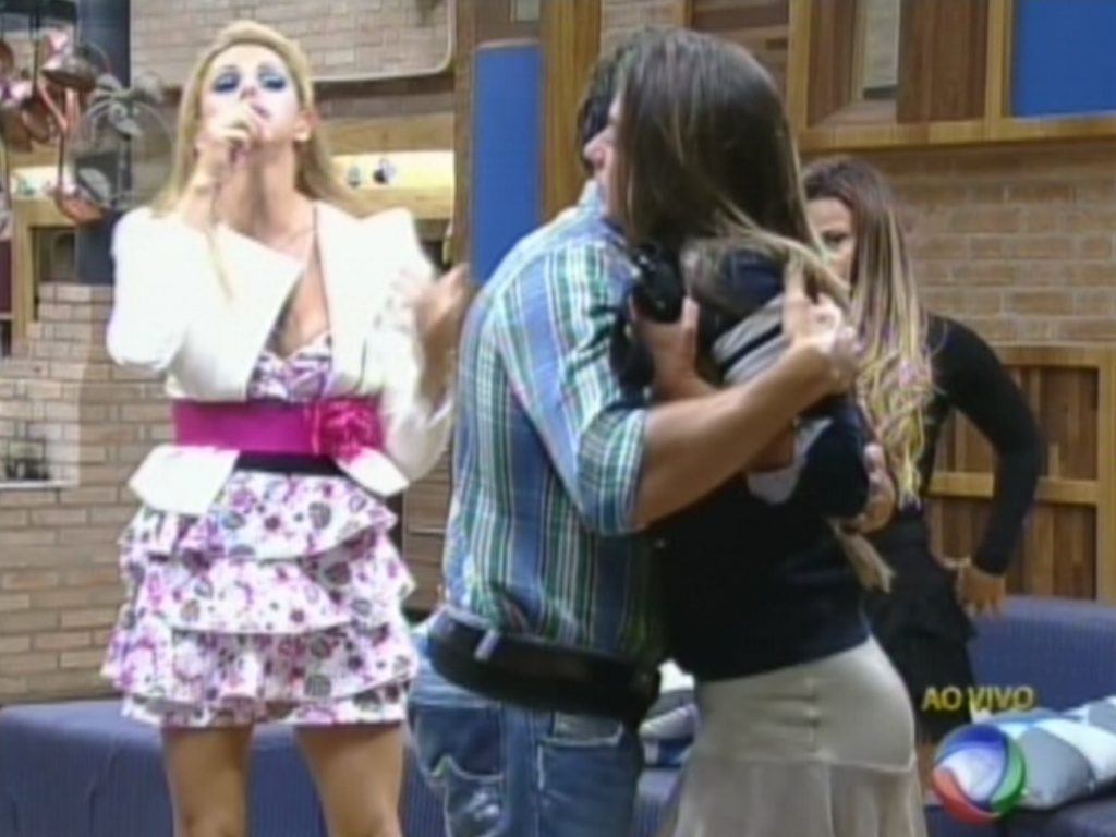 Felipe Folgosi abraa Nicole Bahls depois de vencer a roa contra Simone Sampaio (16/8/12)