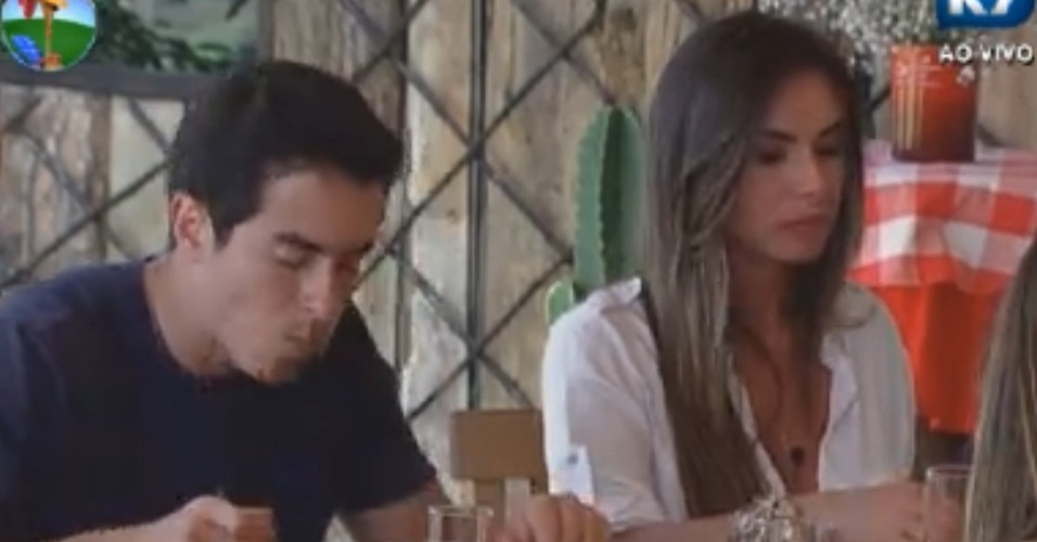 Felipe Folgosi e Nicole Bahls aproveitam a feijoada (17/8/12)