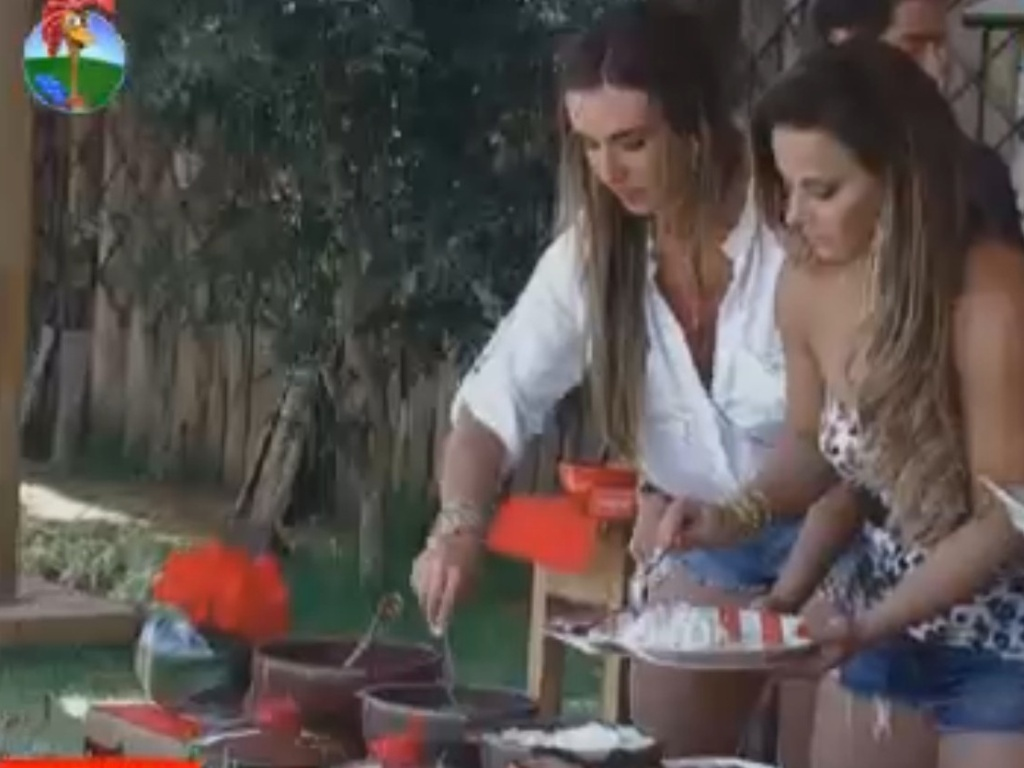 Nicole Bahls e Viviane Araújo se servem de feijoada durante o almoço (17/8/12)