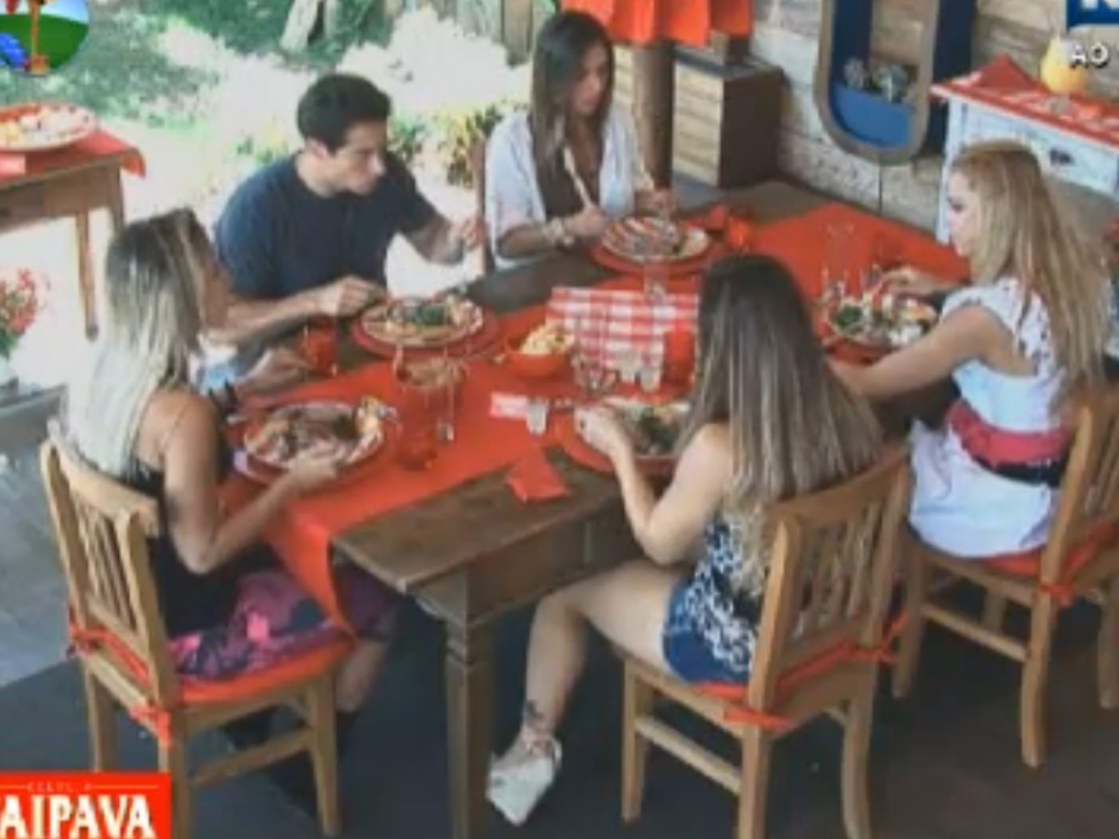 Nicole Bahls, Felipe Folgosi, Robertha Portella, Viviane Arajo e Lo quilla comem feijoada na varanda (17/8/12)