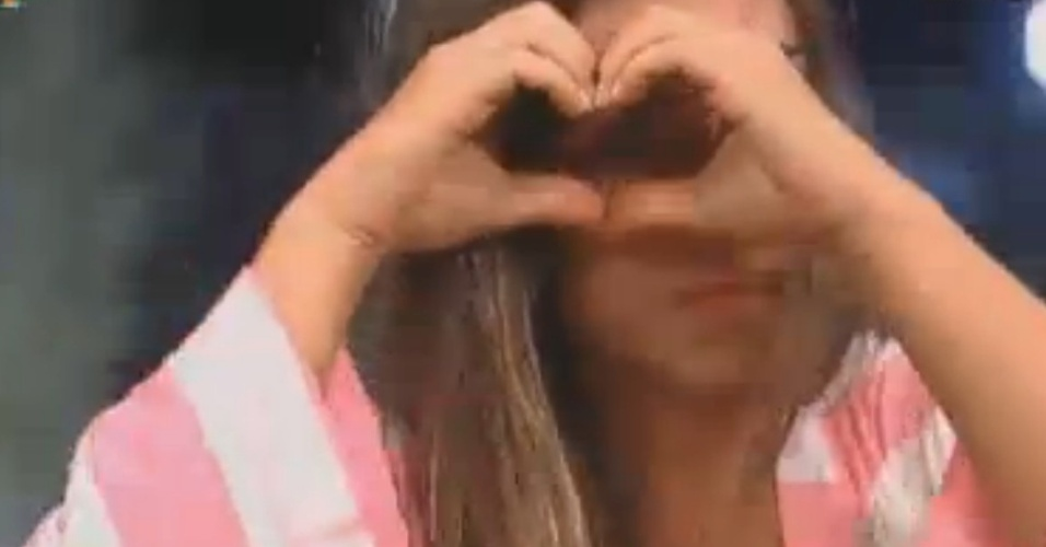 Nicole Bahls se despede das cabras fazendo corao com as mos (17/8/12)