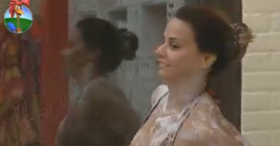 Viviane Araújo toma banho na sede (17/8/12)