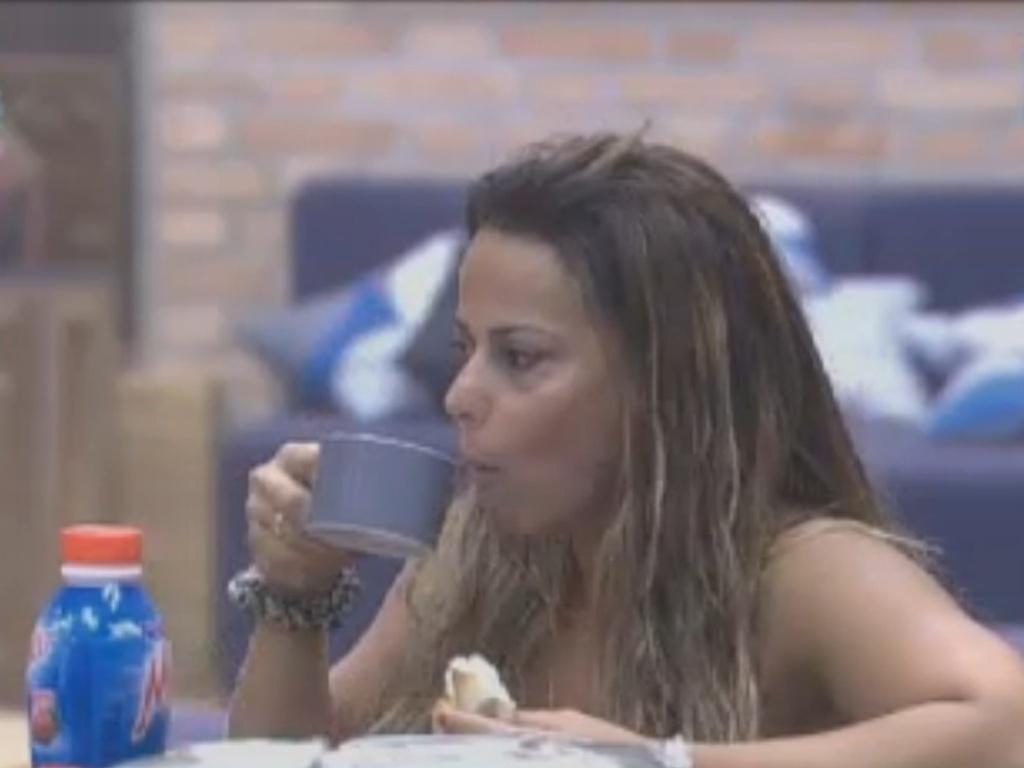 De ressaca, Viviane Araújo toma café da manhã na sede (18/8/12)