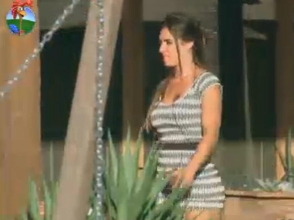 Fazendeira, Nicole Bahls passeia na área externa da casa (18/8/12)