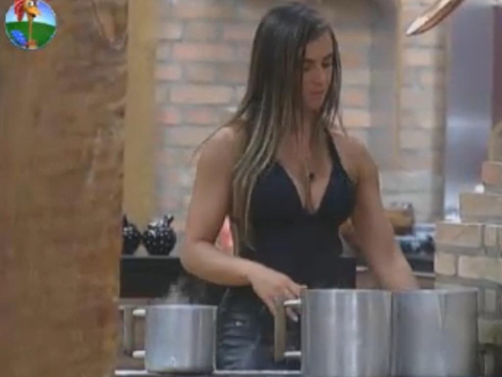 Nicole Bahls observa o leite ferver na manhã deste sábado (18/8/12)