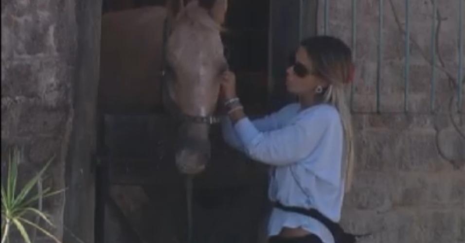 Robertha portella cuida dos cavalos na manhã deste domingo (19/8/12)