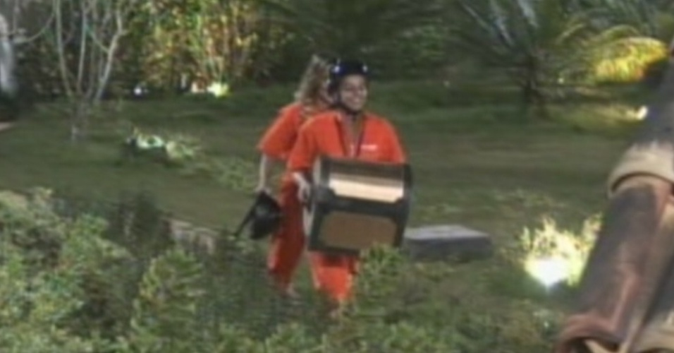 Viviane Araújo carrega a arca do poder da chave depois de vencer a prova (19/8/12)