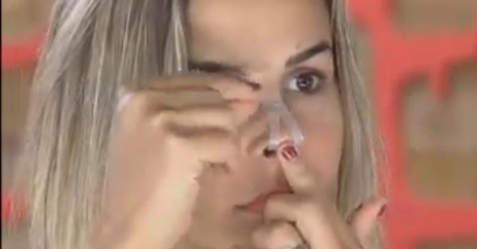 Robertha Portella utiliza dispositivo para respirar melhor durante o sono (19/8/12)