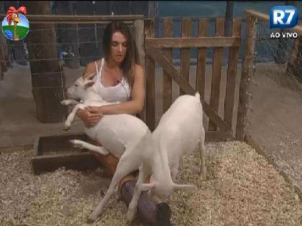 Nicole Bahls brinca com as cabras Maria Elisa e Pietra (22/8/12)