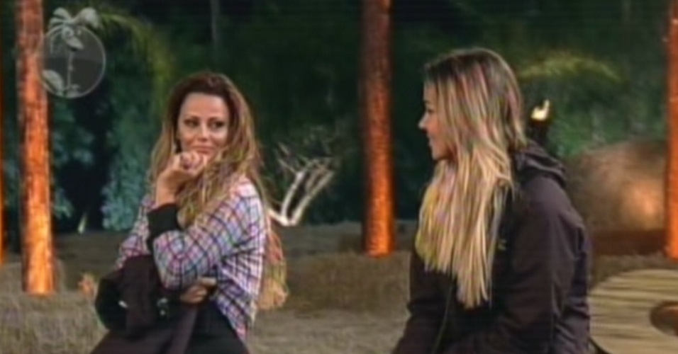 Viviane Araújo (esq.) troca olhares com Robertha Portella (esq.) antes do resultado da votação (23/8/12)