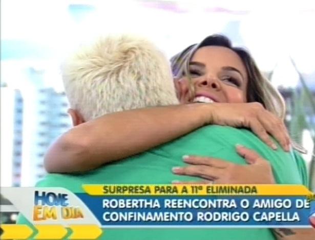 Robertha Portella abraça Rodrigo Capella no programa