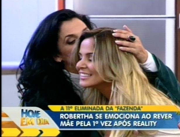 Robertha Portella recebe o carinho da mãe em programa de TV (24/8/12)