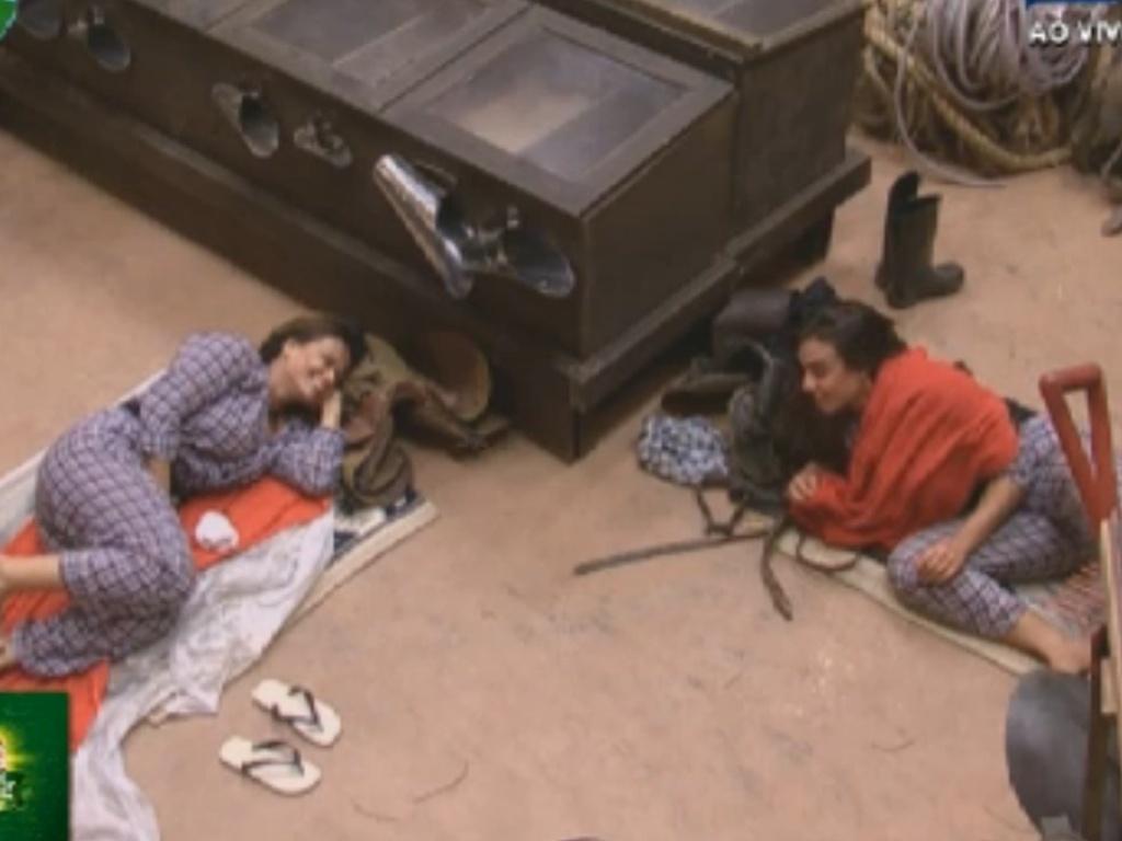 À espera da eliminação, Viviane Araújo (esq.) e Nicole Bahls (dir.) conversam no celeiro (26/8/12)