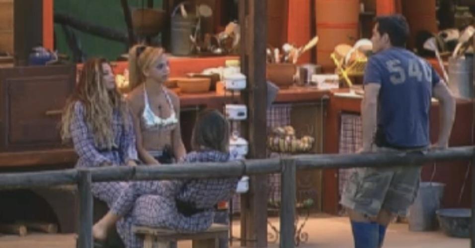 Os finalitas Léo Áquilla e Felipe Folgosi visitam as roceiras Viviane Aráujo e Nicole Bahls no celeiro (26/8/12)