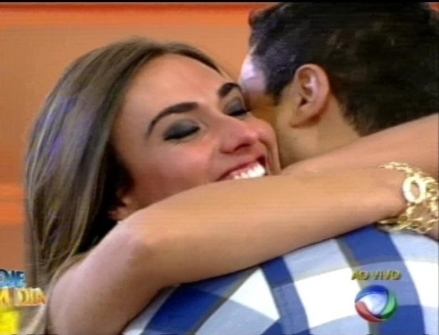 Nicole Bahls abraça Gustavo Salyer no programa