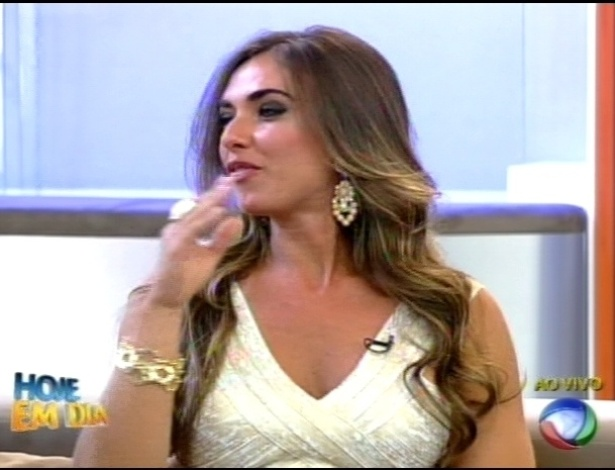 Nicole Bahls responde perguntas dos apresentadores no programa 
