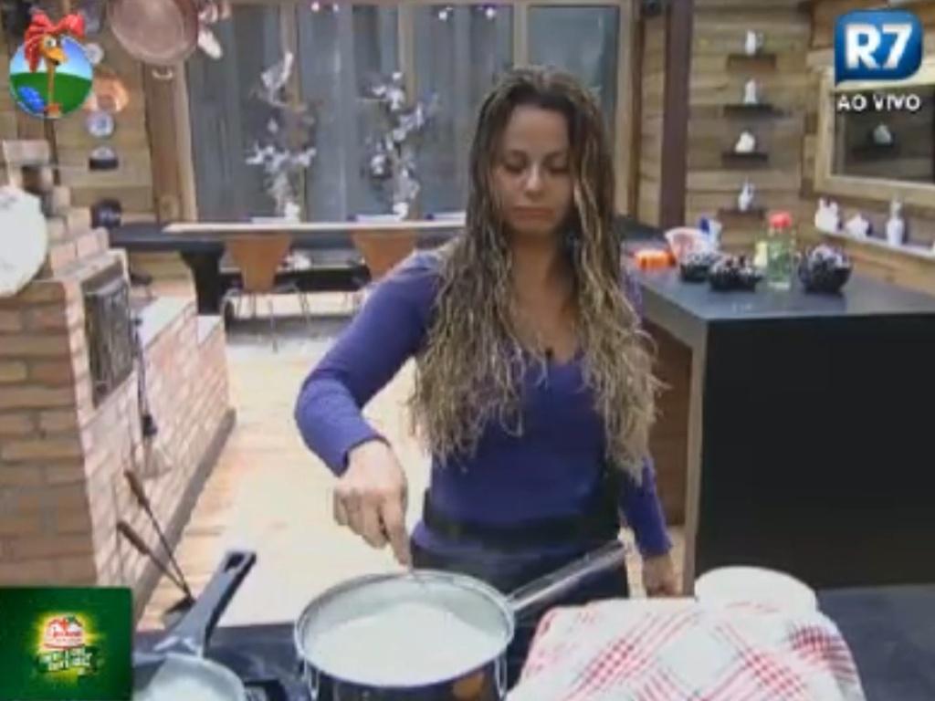 Viviane Araújo cozinha mingau na sede (27/8/12)