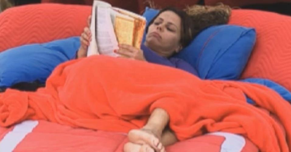 Viviane Araújo tenta se distrair lendo livro (27/8/12)