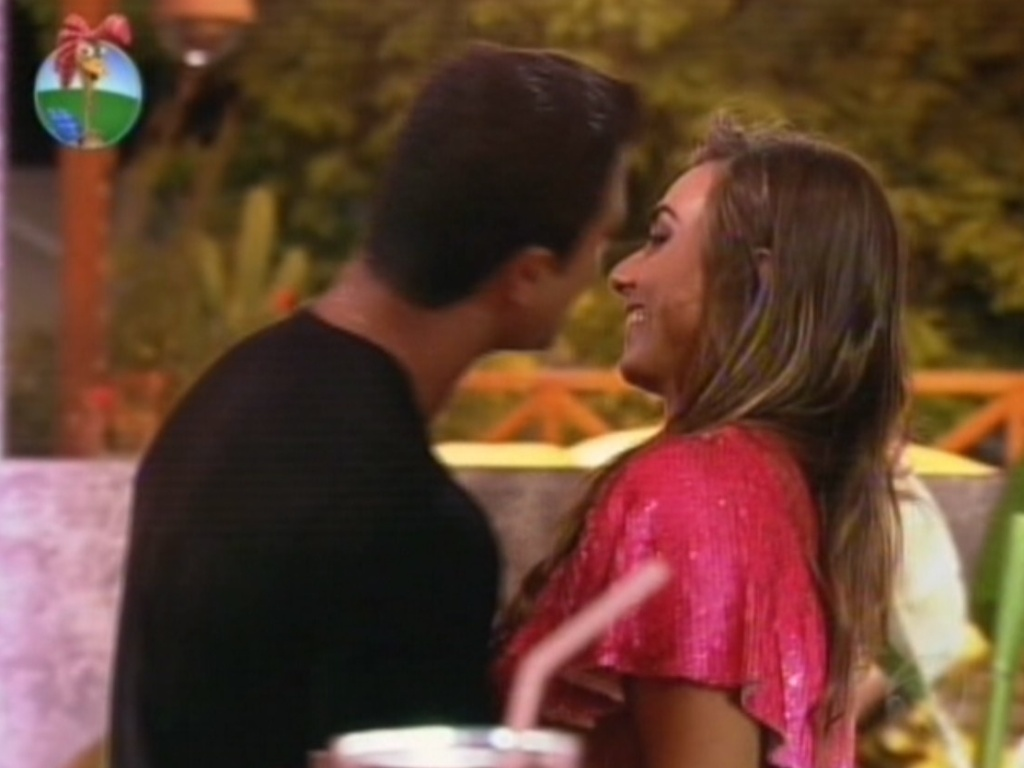 Gustavo Salyer tenta beijar Nicole Bahls na ltima festa de 
