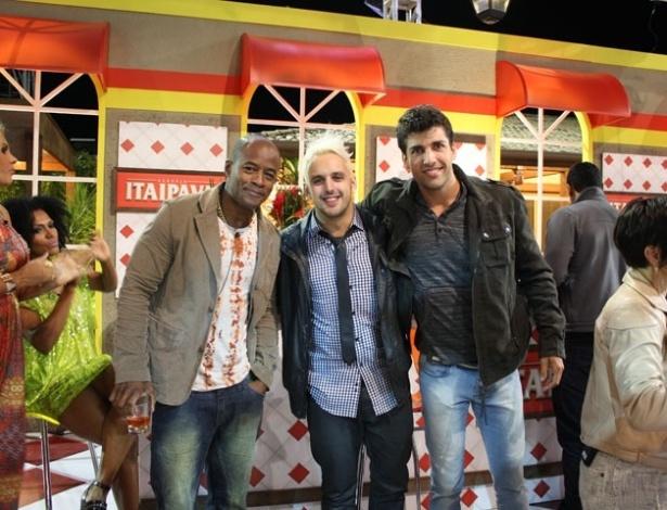 """Lui Mendes, Rodrigo Capella e Diego Pombo posam para foto na última festa de """"A Fazenda 5"""" (27/8/12)"""