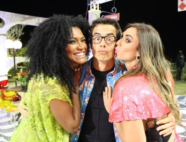 "Simone Sampaio, Felipe Folgosi e Nicole Bahls tiram foto juntos na última festa de ""A Fazenda 5"" (27/8/12)"
