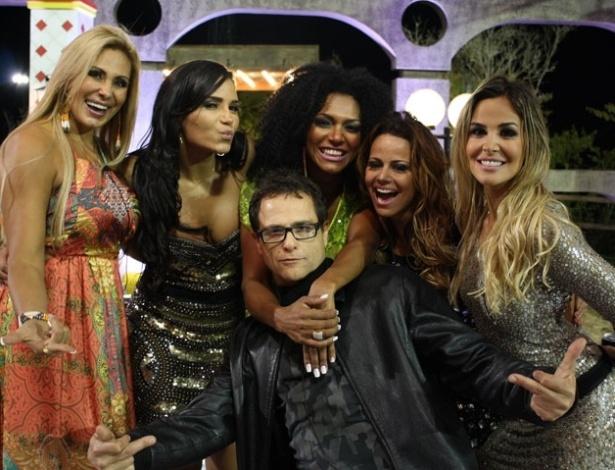 """Sylvinho Blau-Blau é cercado pelas participantes de """"A Fazenda 5"""" na última festa do reality show (27/8/12)"""
