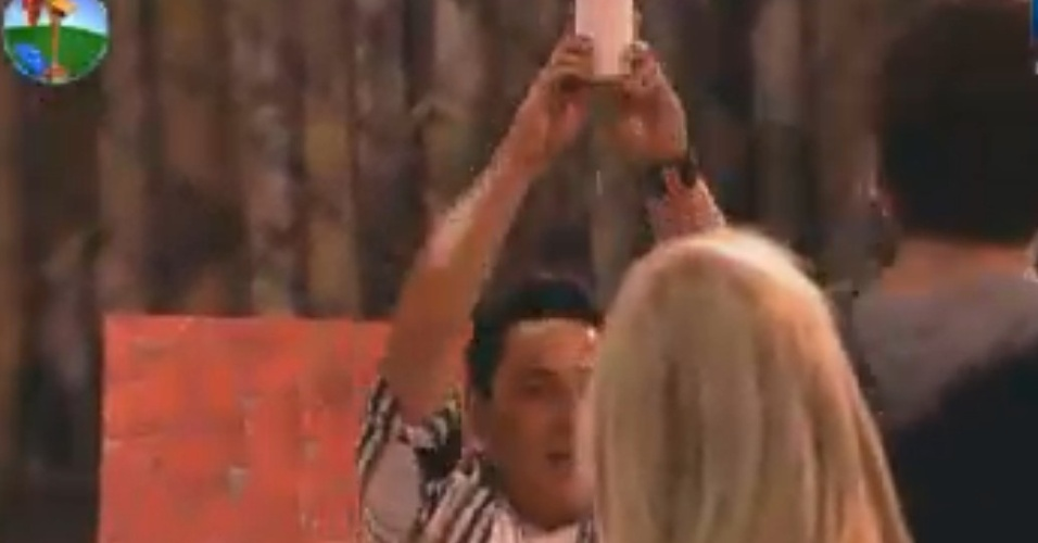 Vavá levanta cerveja e faz homenagem à Gretchen, relembrando momentos de bebedeira no reality