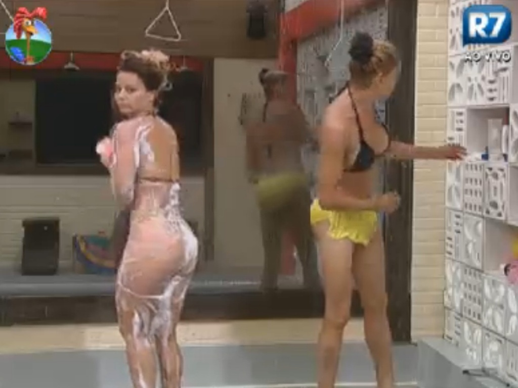 Viviane Araújo toma banho ao lado de Léo Áquilla (28/8/12)