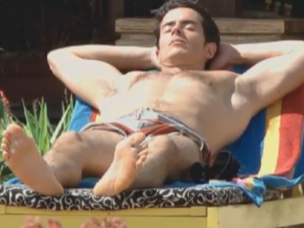 Felipe Folgosi toma sol na tarde desta quarta-feira (29/8/12)