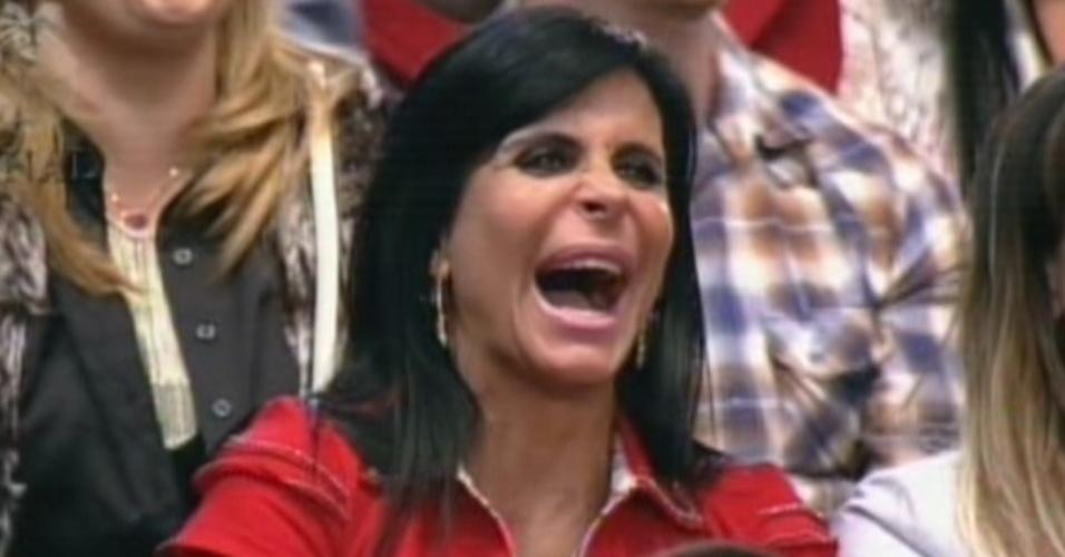 Gretchen assiste à final do reality no meio do público, já que não pode ficar ao lado dos ex-peões por ter desistido  (29/8/12)
