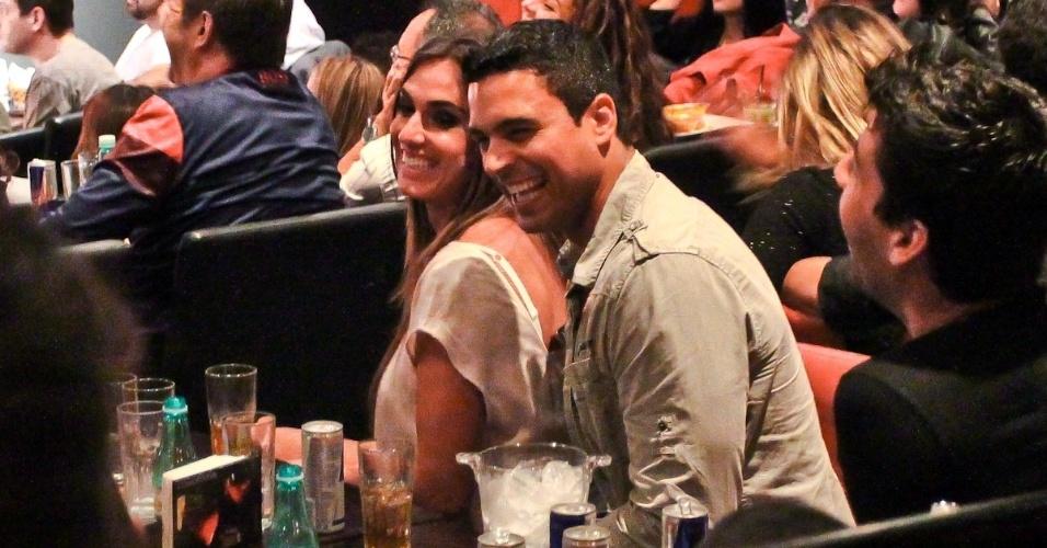 Nicole Bahls e Gustavo Salyer trocam carinhos em espetáculo de Rodrigo Capella (29/8/12)