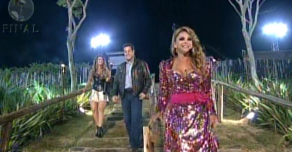 Peões descem para o campo de provas onde aguardarão cerimônia para saber o resultado da final do reality (29/8/12)