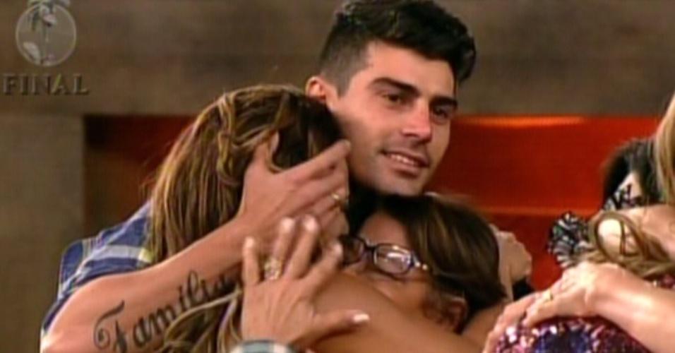 Viviane abraça familiares e marido pela primeira vez desde que entrou no reality (29/8/12)