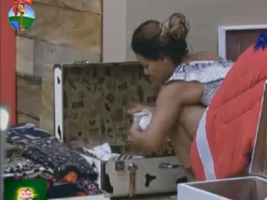 Viviane Araújo arruma as malas em dia de final (29/8/12)