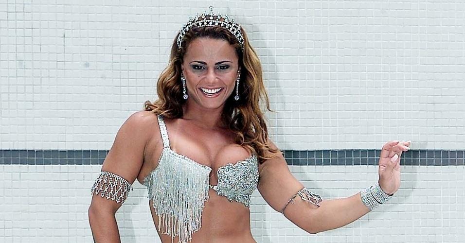 Viviane Araújo mostra a fantasia que posteriormente desfilou pela Mancha Verde (15/02/2006)
