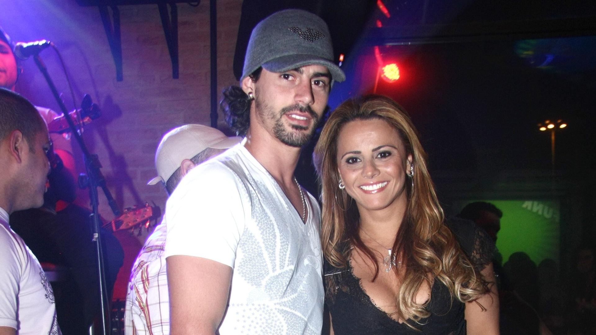 Viviane Araújo posa ao lado do noivo, o jogador do Boa Esporte Radamés Martins. O relacionamento com o jogador teria sido o estopim da rivalidade entre Viviane e Nicole Bahls no confinamento (23/06/2009)