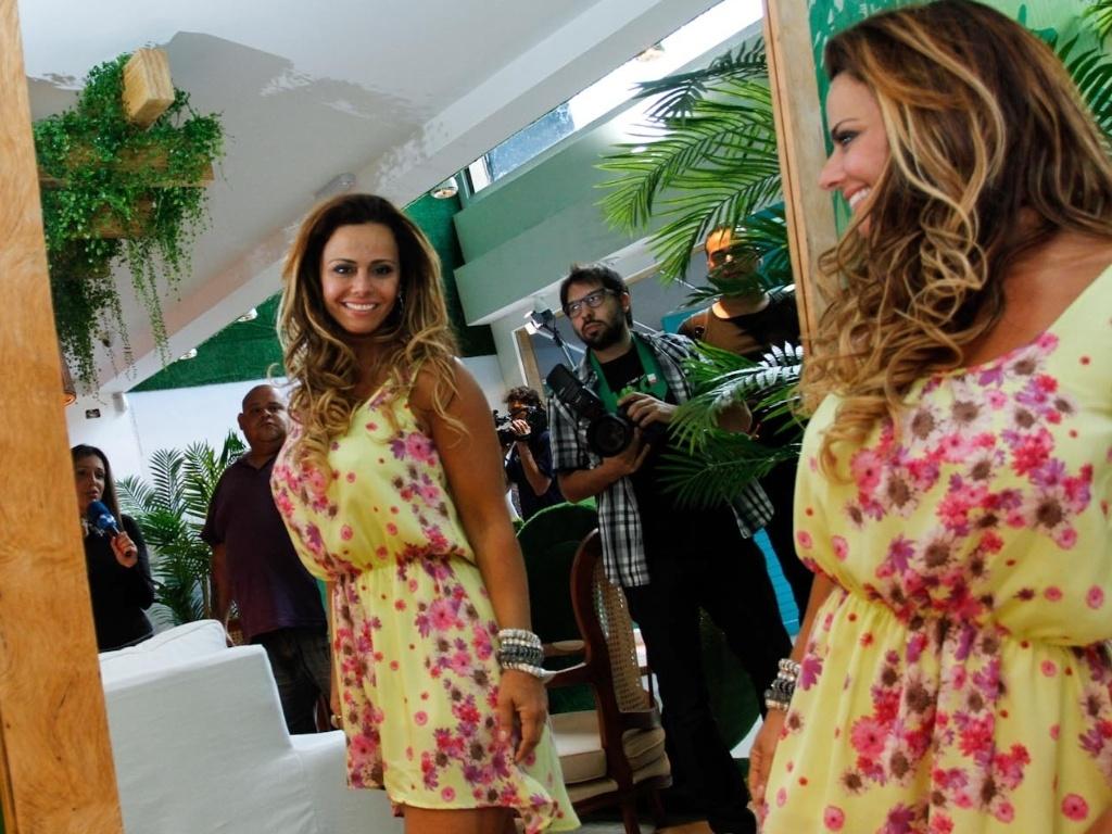 Viviane Araújo experimenta roupas de loja em São Paulo, um dia após vencer o reality