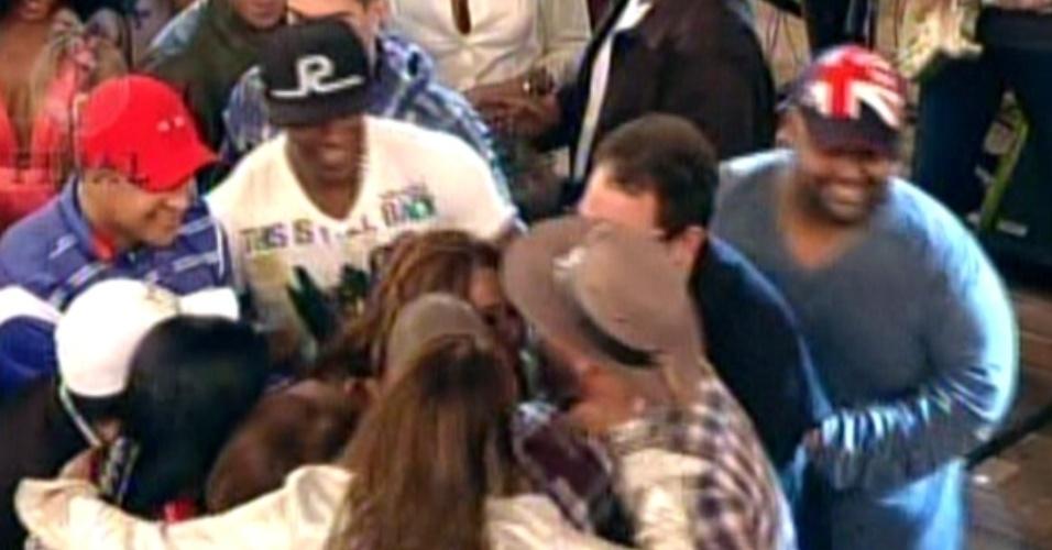 Viviane é abraçada por amigos após levar prêmio de R$2 milhões (29/8/12)