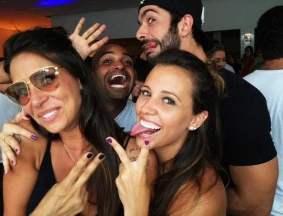 A ex-panicat Lizzi Benides, o ex-BBB Kadu Parga e a peoa Angelis Borges fazem careta para foto em balada