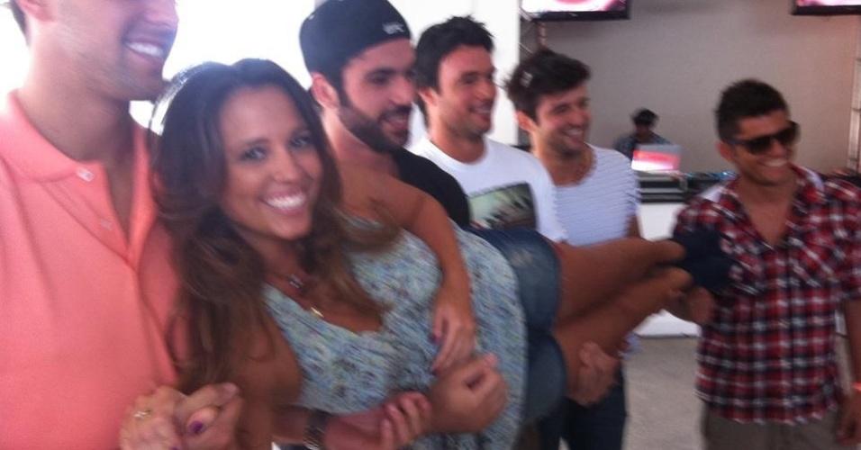 Angelis Borges é carregada pelo ex-BBB Kadu Parga, o ator Bruno Gissoni e outros famosos