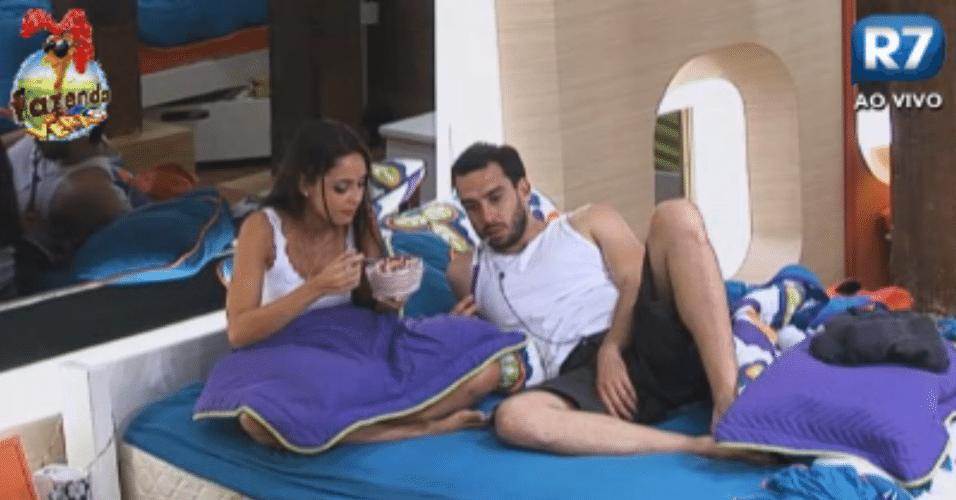 Flávia e Thyago tentam entender as regras da semana de mordomia que a Equipe Cigarra ganhou