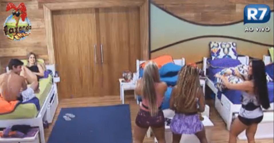 Peoas aprendem passos de funk com a dançarina carioca Karine