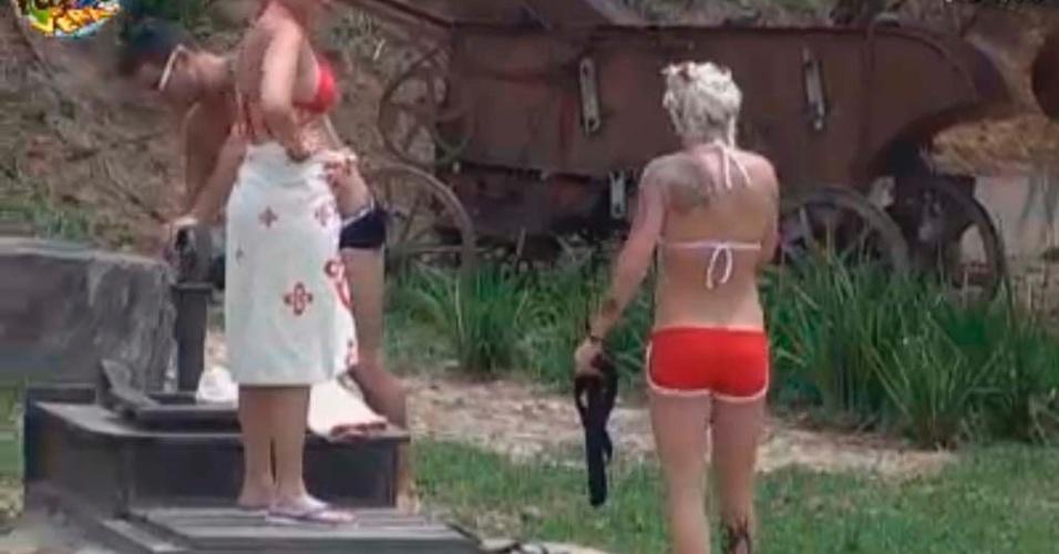 Peões se preparam para tomar banho