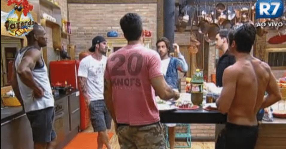 Homens da casa conversam sobre Natalia