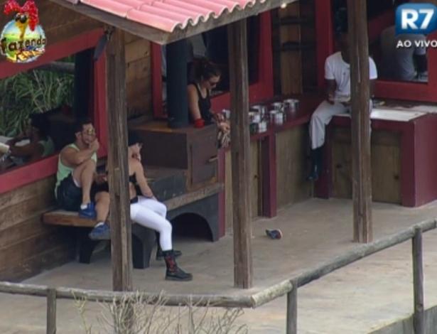 Peões almoçam no celeiro