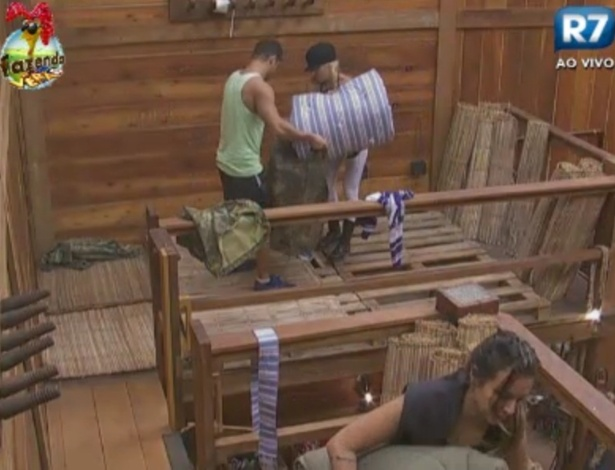 Peões do celeiro arrumam camas nesta manhã