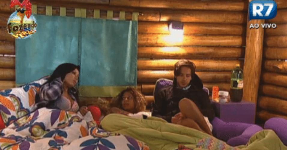 Natalia, Karine e Haysam falam sobre comportamento de Claudia